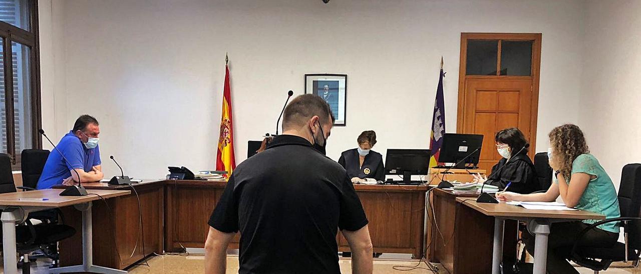 El hombre condenado, ayer durante la vista celebrada en un juzgado de lo penal de Palma. | M.O.I.