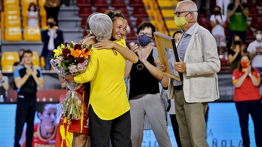 Laia Palau rep un homenatge sorpresa en ple partit amb Espanya