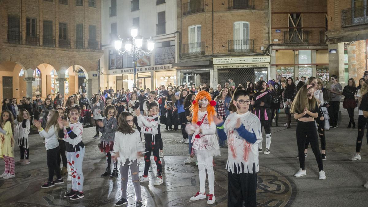 Pasacalles Halloween en la plaza mayor hace un año.