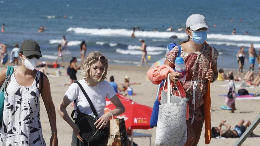 Piden no fumar en playas y terrazas para no contagiar