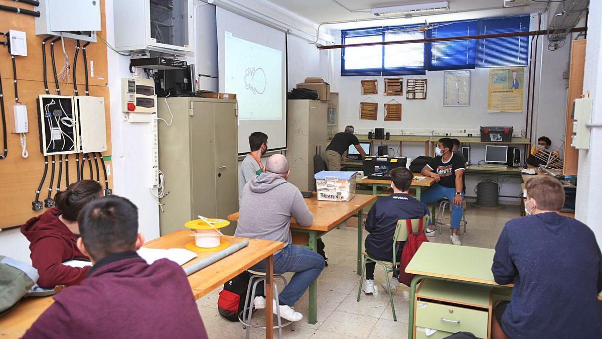 El aula taller para ciclos de Electrónica no deja ver la pantalla-pizarra a todos los alumnos. | MANUEL R. SALA