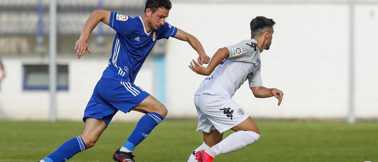 Borja Sánchez presiona a un jugador del Lugo, hoy en Ribadeo