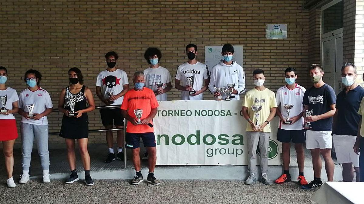 Los ganadores del XXVIII Torneo Nodosa-Cluteca en la entrega de premios en San Roque.    // FDV