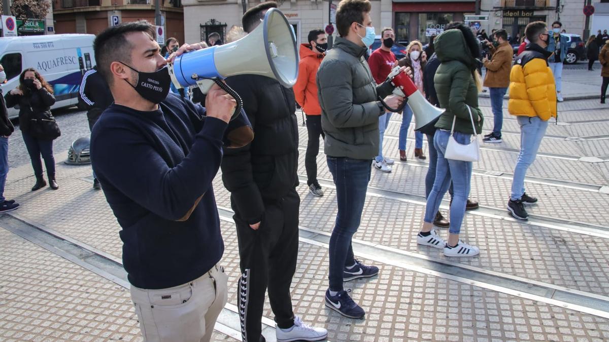 Protesta de hosteleros realizada este lunes ante el Ayuntamiento de Alcoy.