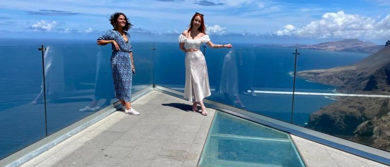 Verónica Saavedra y Esther Muñoz posando a 371 metros de altura. | LP/DLP