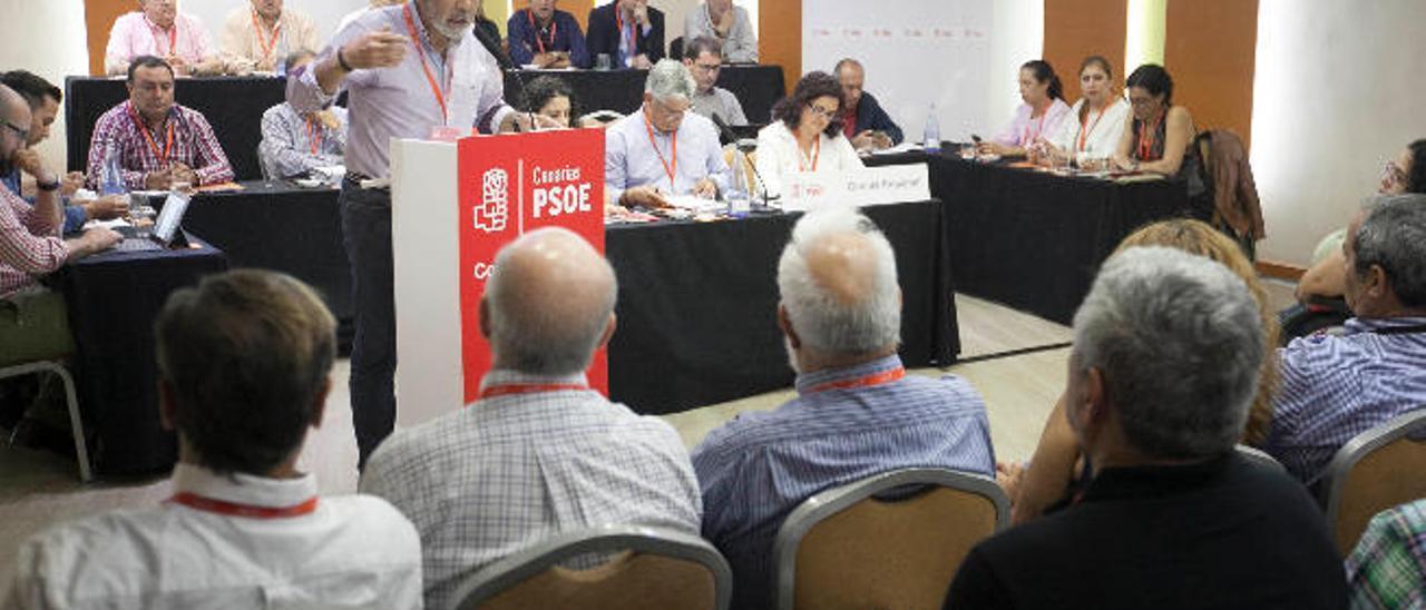 Hernández aglutina a los 'susanistas' para hacerse con el control del PSOE