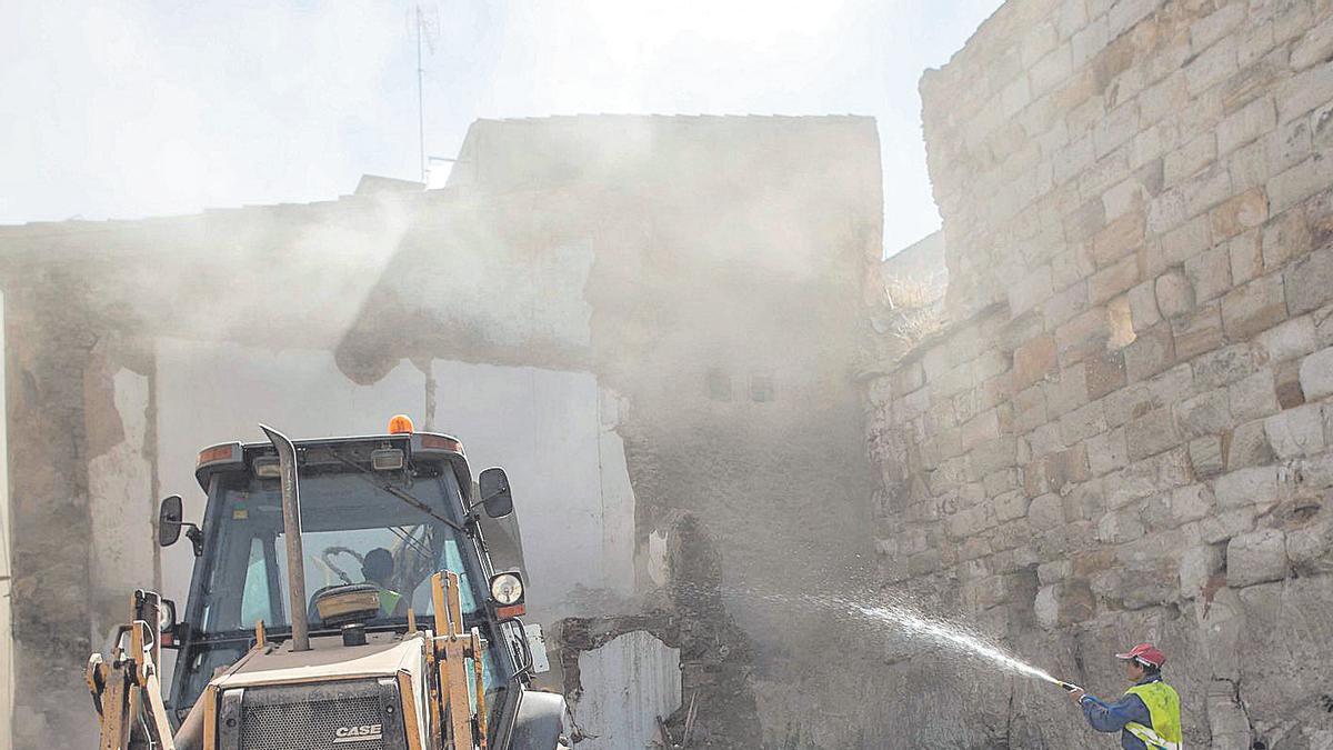 Obras para la retirada de escombros para la liberación de un tramo de la muralla de Zamora. |