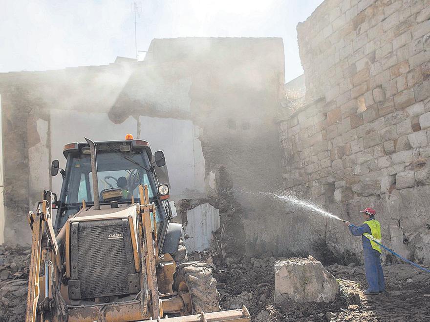 Obras para la retirada de escombros para la liberación de un tramo de la muralla de Zamora. | Emilio Fraile