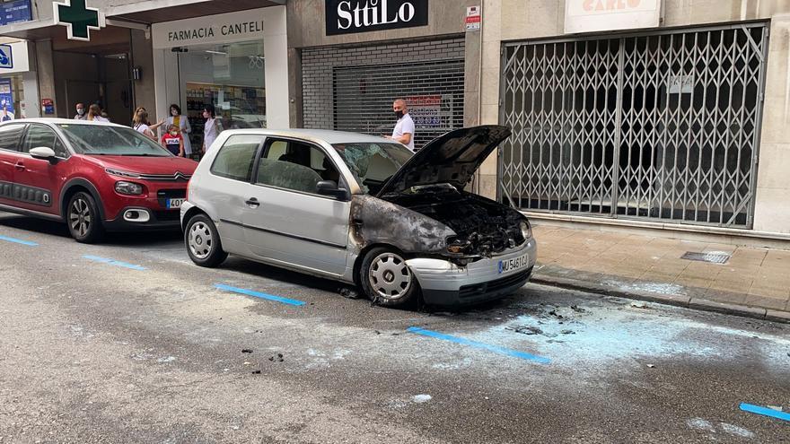 Los bomberos apagan un coche en llamas en el centro de Oviedo