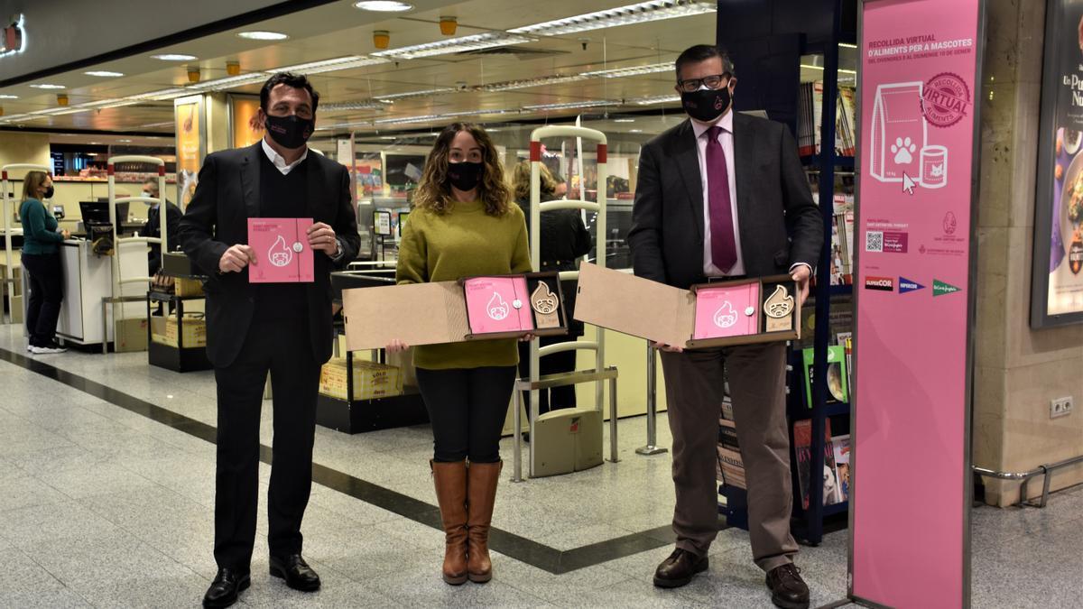 Rafael Garrote (Hermandad), Gloria Tello (Ayuntamiento) y Pau Pérez Rico (El Corte Inglés) presentaron la iniciativa
