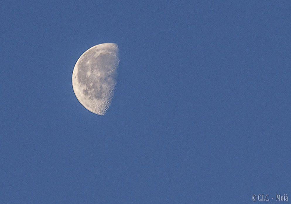 Moianès. De la nit sempre en podem gaudir, i més si són nits d'estiu. Aquesta imatge és de la nit més curta de l'any, en què es veu la lluna en l'última fase del cicle lunar, minvant.