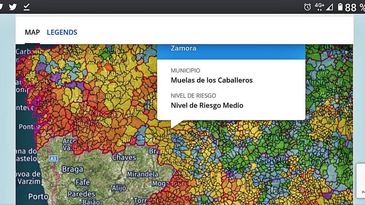 Sobre estas líneas, mapa predictivo de zonificación de exposición al radón, con el detalle del municipio de Muelas de los Caballeros. A la izquierda, uno de los dispositivos que se instalan en las viviendas. | A. S.