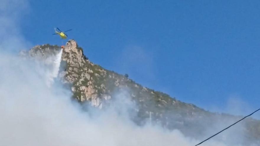 Tres helicópteros luchan contra un incendio en Almurfe (Belmonte de Miranda)