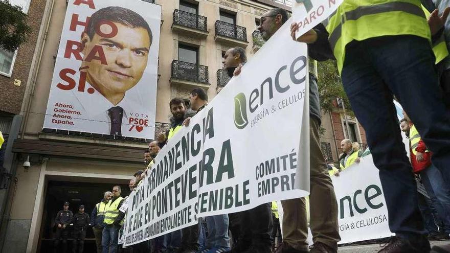 """Empleados de Ence protestan en Madrid contra el posible """"cierre político"""" de la fábrica"""