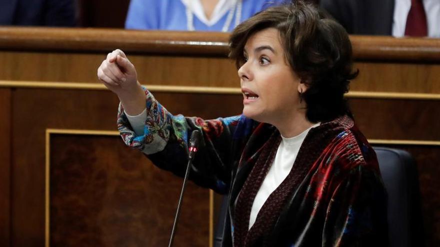 Sáenz de Santamaría acusa a Domènech de hacer campaña por los independentistas