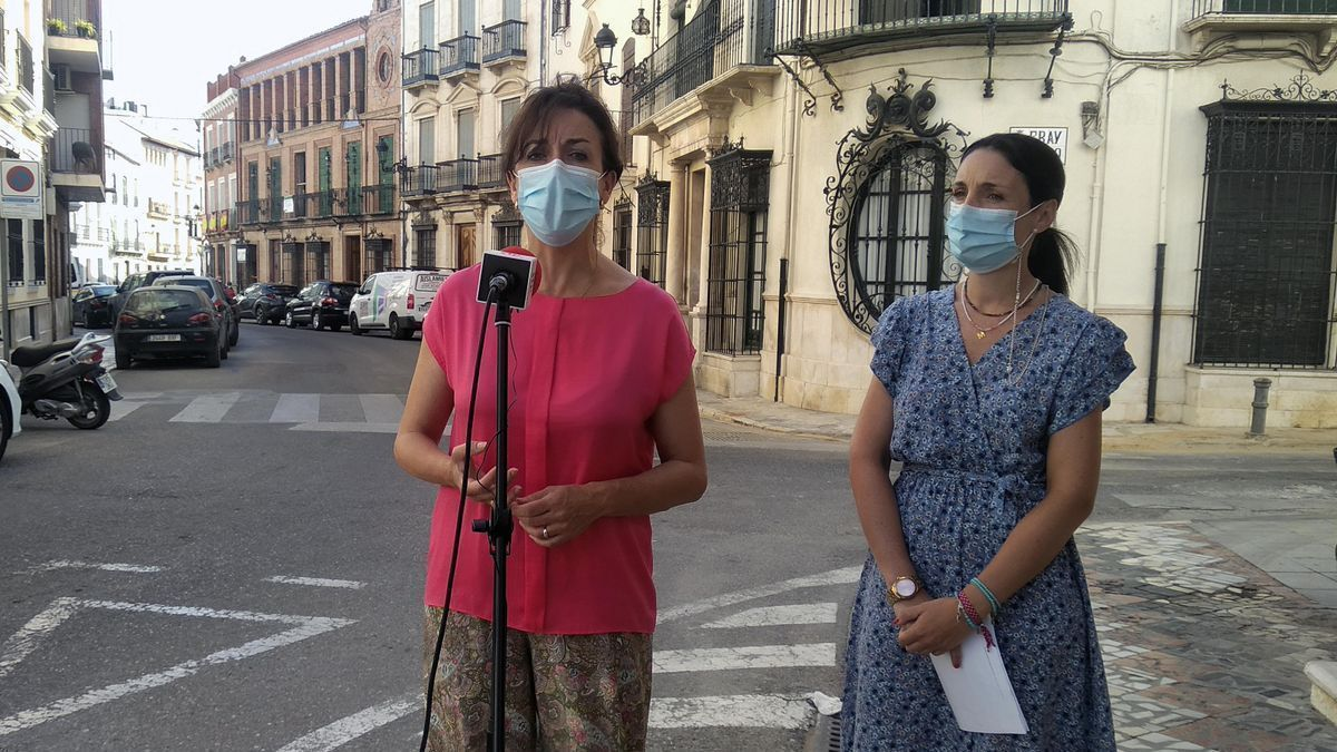 Ceballos y Siles atienden a los medios en la calle Río de Priego.