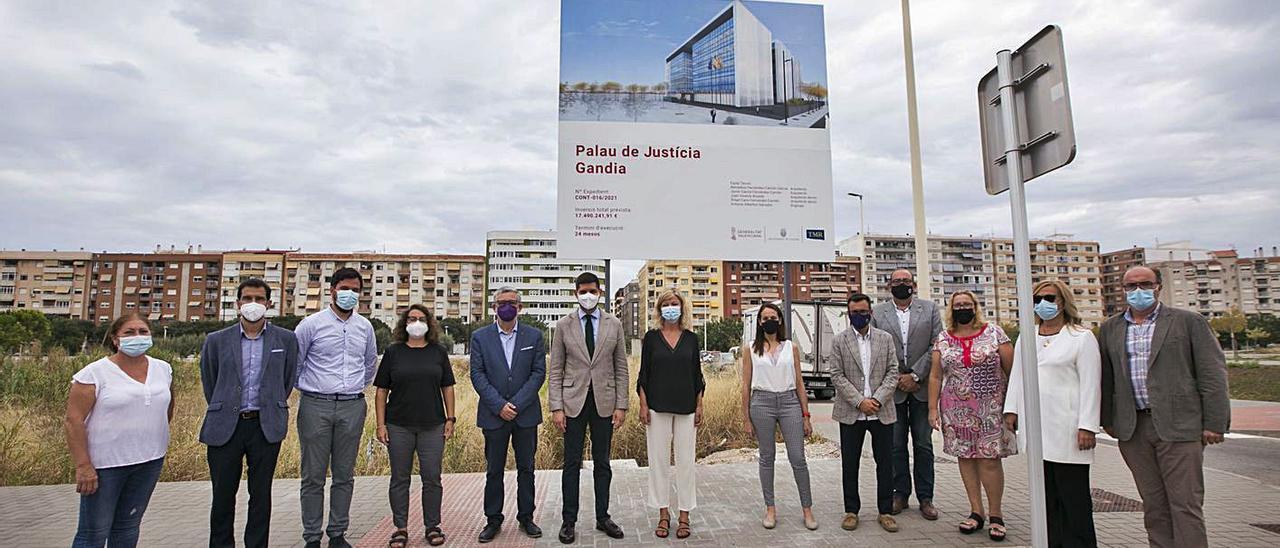 Las autoridades, representantes vecinales y de la empresas constructora, ayer en el solar del futuro Palacio. à. oltra | CONSELLERIA DE JUSTÍCIA