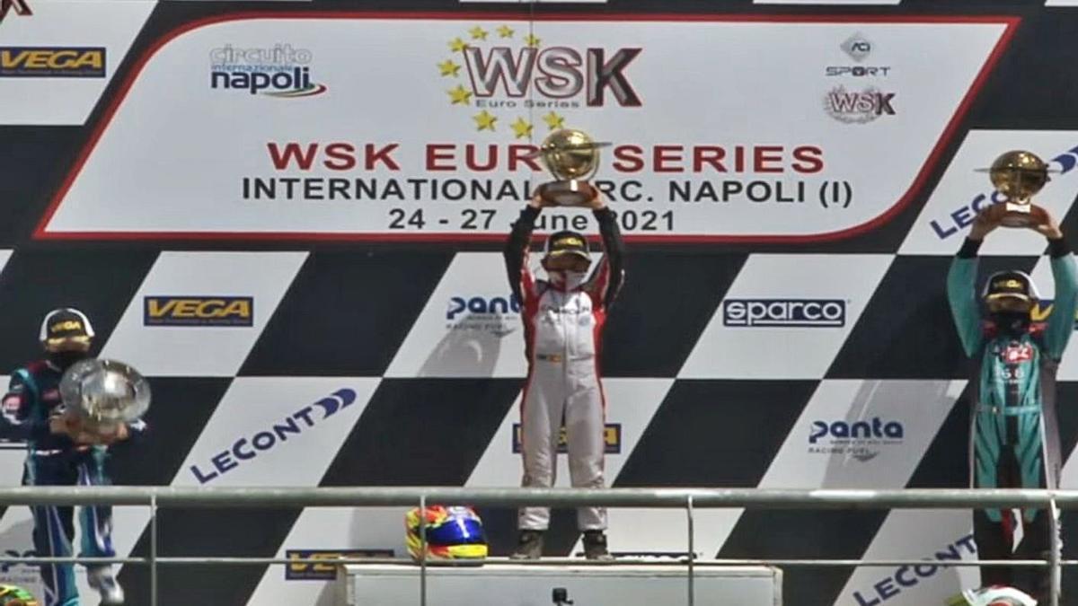 Christian Costoya (centro) levanta el título de campeón de las WSK Euro Series, ayer, en Nápoles. |