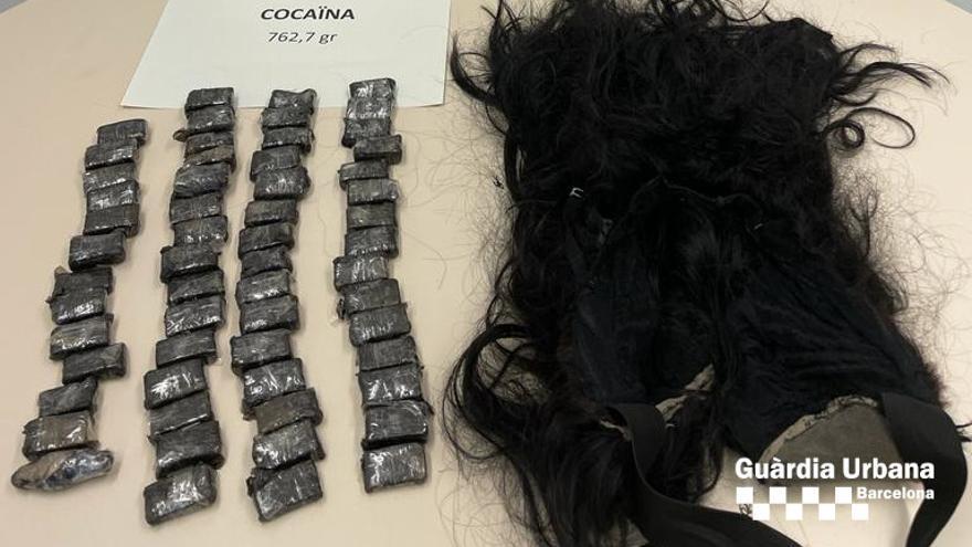 Detenen una dona que duia tres quarts de quilo de cocaïna sota d'una perruca