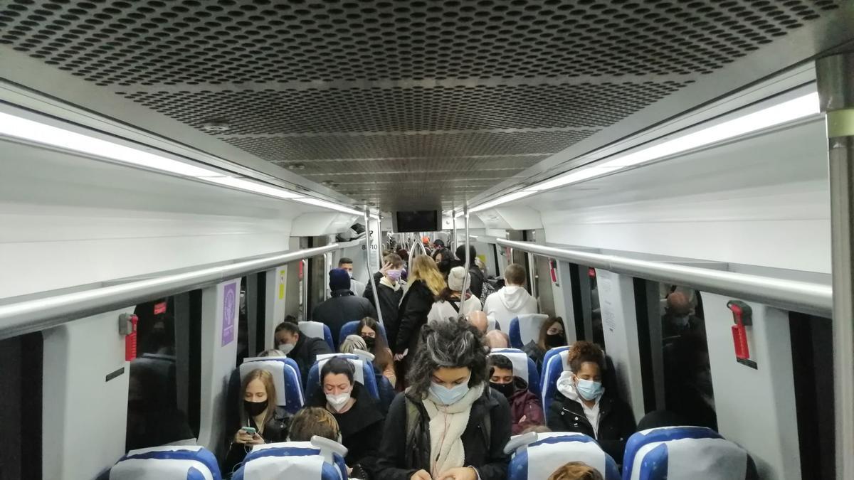Pasajeros en el interior de un tren de SFM, en una imagen reciente.