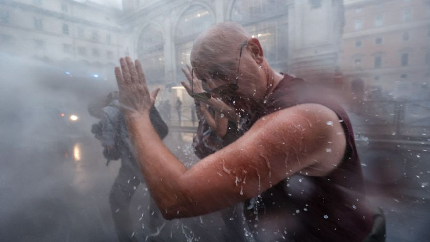 Grupos antivacunas y neofascistas se enfrentan con la policía en las calles de Roma