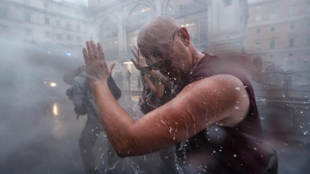 Fuertes enfrentamientos en Roma entre la policía y antivacunas y neofascistas.