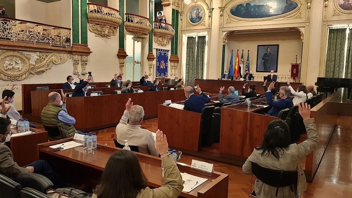 Los diputados votan en la sesión plenaria de ayer de la institución provincial.