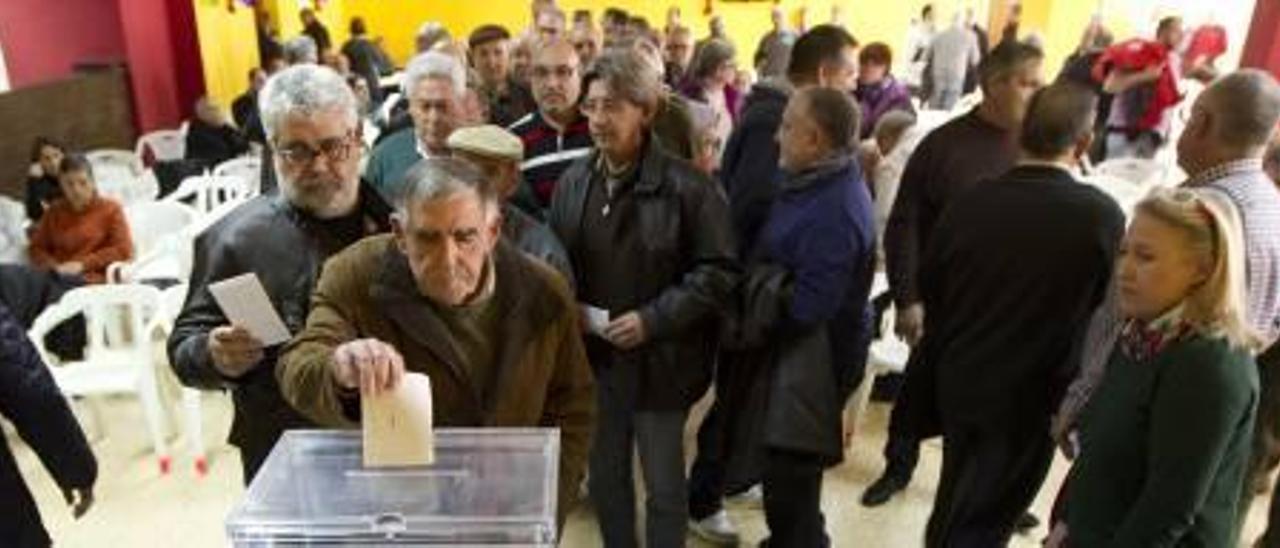 La presión de los regantes de la Vall de Càrcer fuerza a la directiva a paralizar la privatización