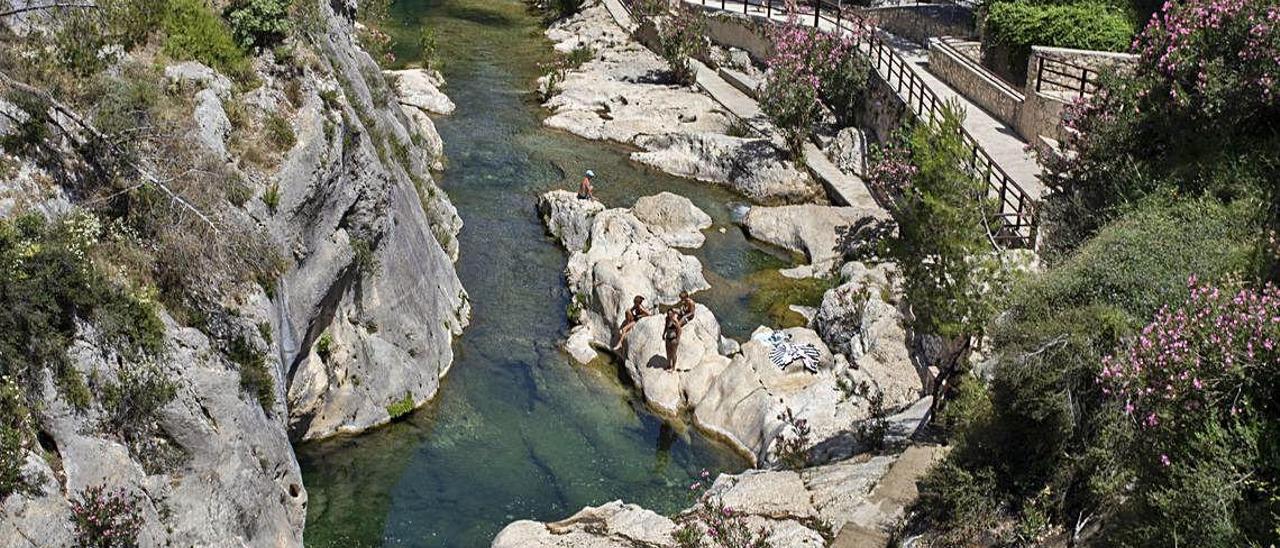 Bañistas en el Pou Clar, en una imagen de este verano.