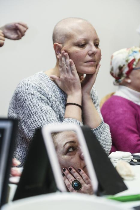 Curso de maquillaje para enfermas de cáncer en el HUCA