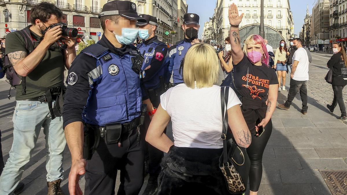 Momento en el que varias mujeres increpan con saludos fascistas a los manifestantes.