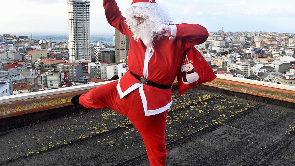 El Papá Noel de la Torre Galicia, en la azotea del edificio.  | // CARLOS PARDELLAS