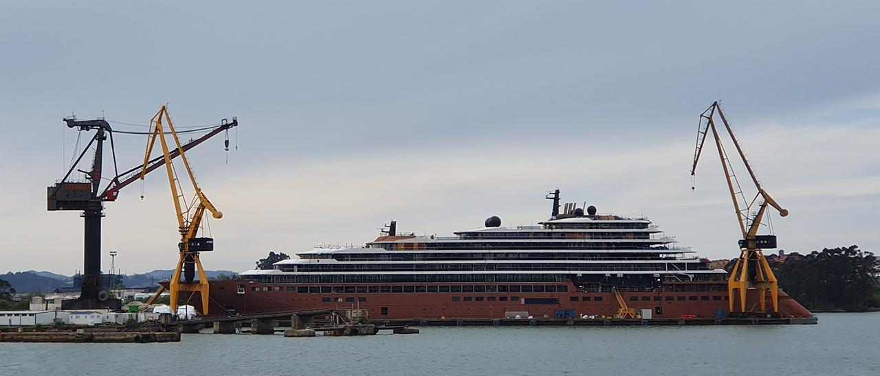 """El crucero """"Evrima"""", amarrado en Astander."""