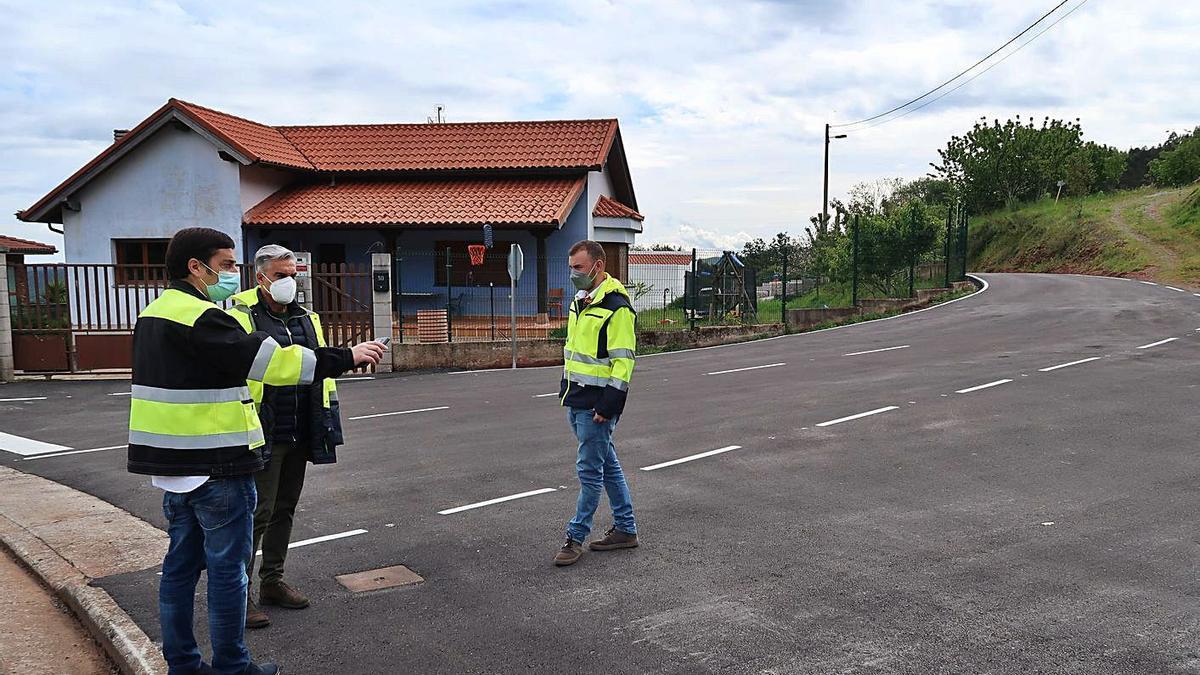 Por la izquierda, el alcalde de Llanera, Gerardo Sanz, con un técnico municipal y el concejal de Obras, David Rodríguez, en uno de los viales acondicionados, en Lavares (Arlós).   R. P. T.