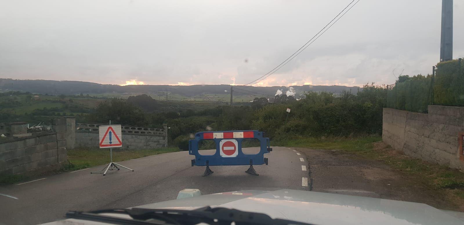 Un camión frigorífico se atasca en un camino rural de Gijón