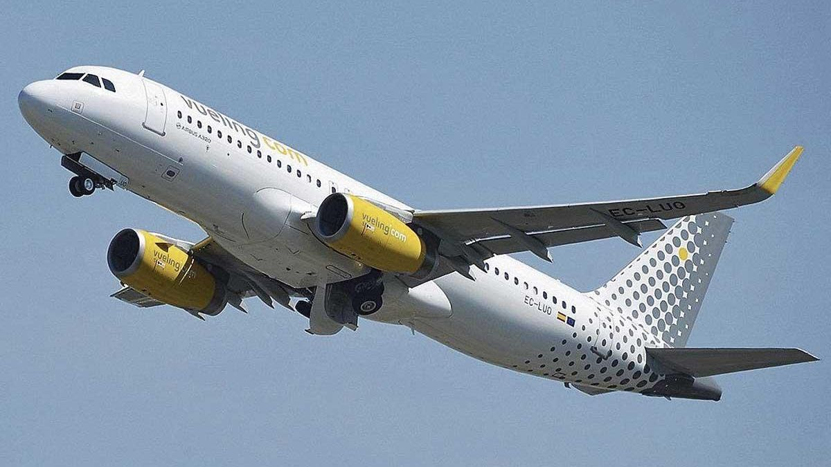 Un avión de la aerolínea Vueling en pleno despegue.