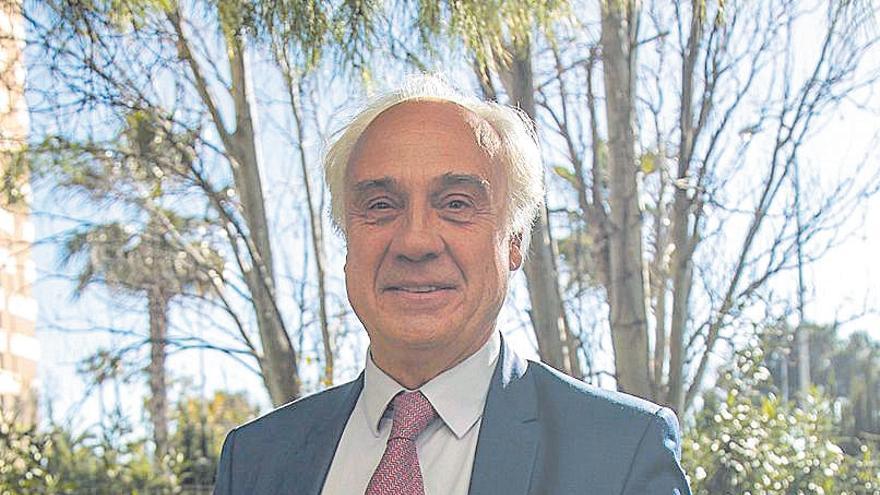 En contra | Juan Antonio March: «Es más útil un ejército de sanitarios que de combatientes»