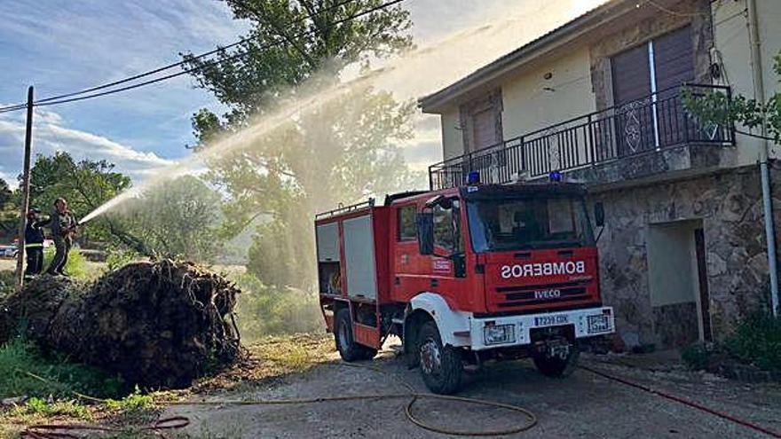 Extinción del incendio en la vivienda de Sejas de Aliste.