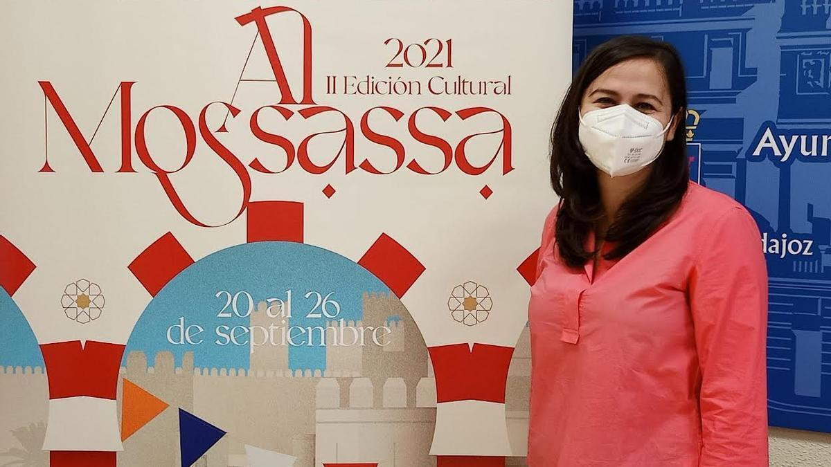Lara Montero de Espinosa, junto al cartel de Almossassa 2021.