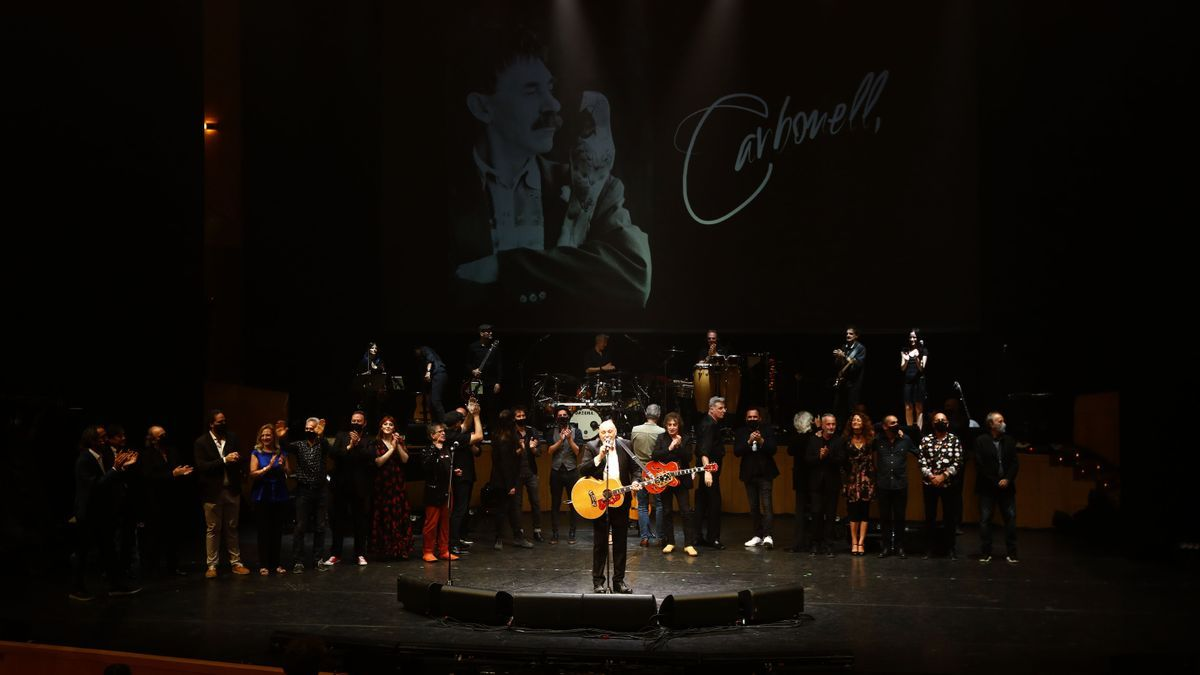 Todos los artistas que han participado en el homenaje en el escenario de la sala Mozart del Auditorio de Zaragoza.