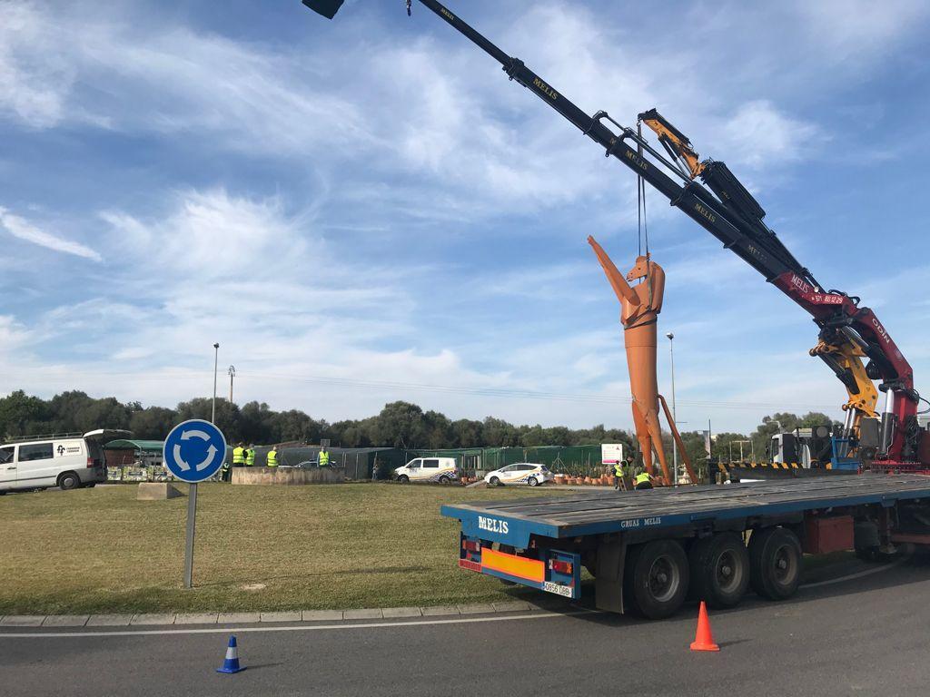 Retiran la estatua del caballo de Alcúdia tras el impacto de un camión
