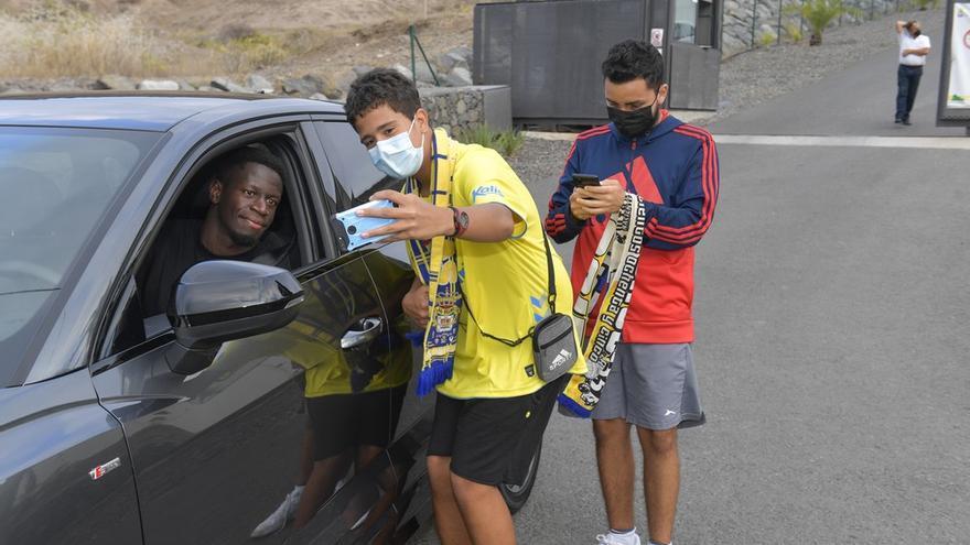 La plantilla de la UD Las Palmas firma autógrafos antes del derbi
