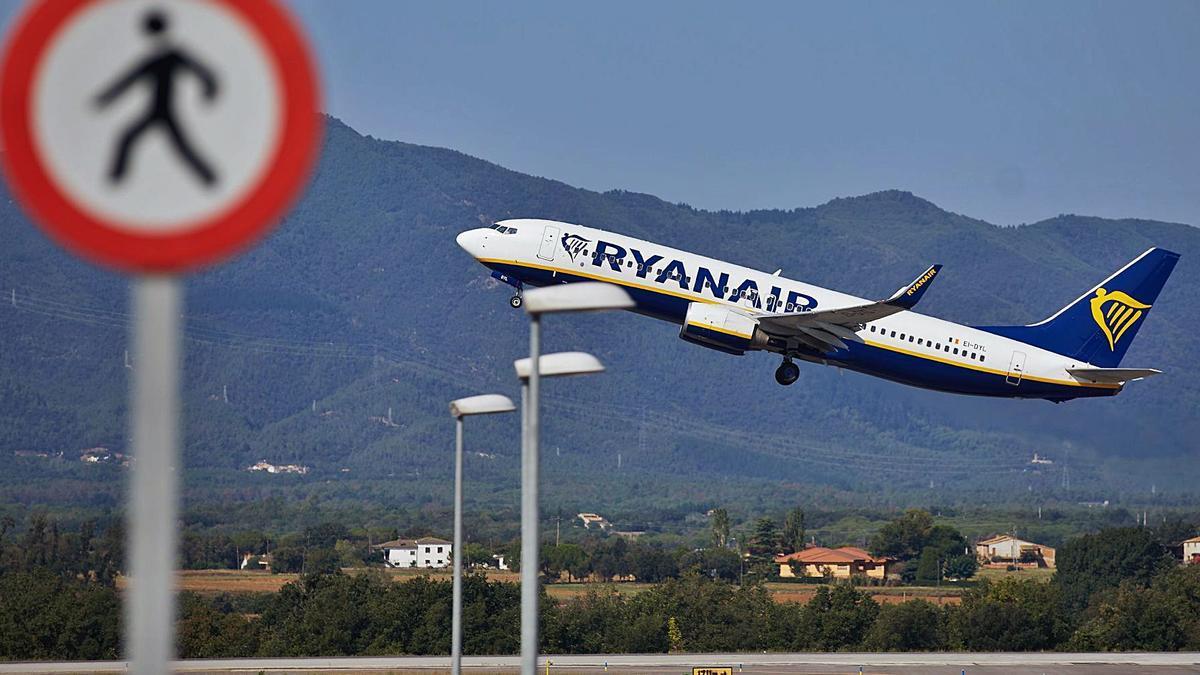 Un avió de Ryanair enlairant-se a l'aeroport de Girona. | DAVID BORRAT/EFE