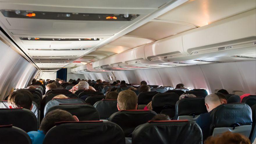 Pasajeros en a cabina de un avión, en una imagen de archivo
