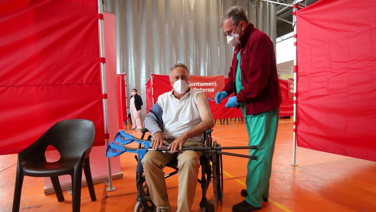 Los expertos sugieren AstraZeneca para mayores de 70 años tras el parón de Janssen