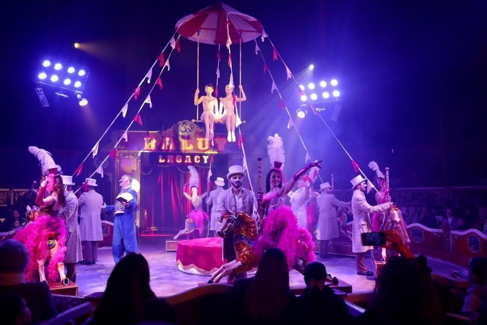El Circo Raluy Legacy recibe a las falleras mayores 2020 y sus cortes