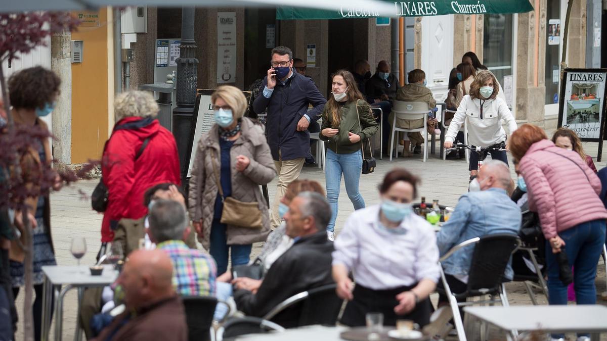 Varias personas en la terraza de un bar en Ribadeo.