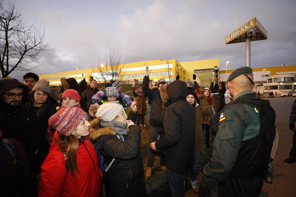 Decenas de huelguistas protagonizan cortes de carretera en el centro logístico de Alimerka