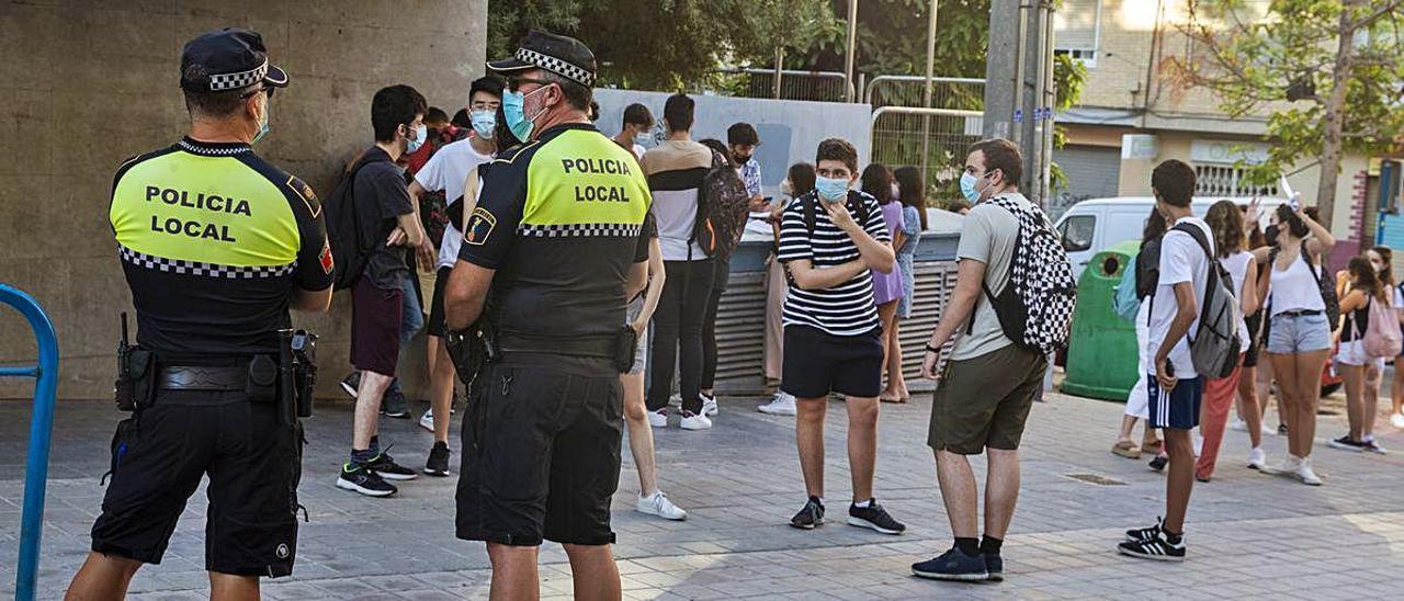 La Policía Local ha vigilado las entradas y velado por los exámenes por la noche. RAFA ARJONES