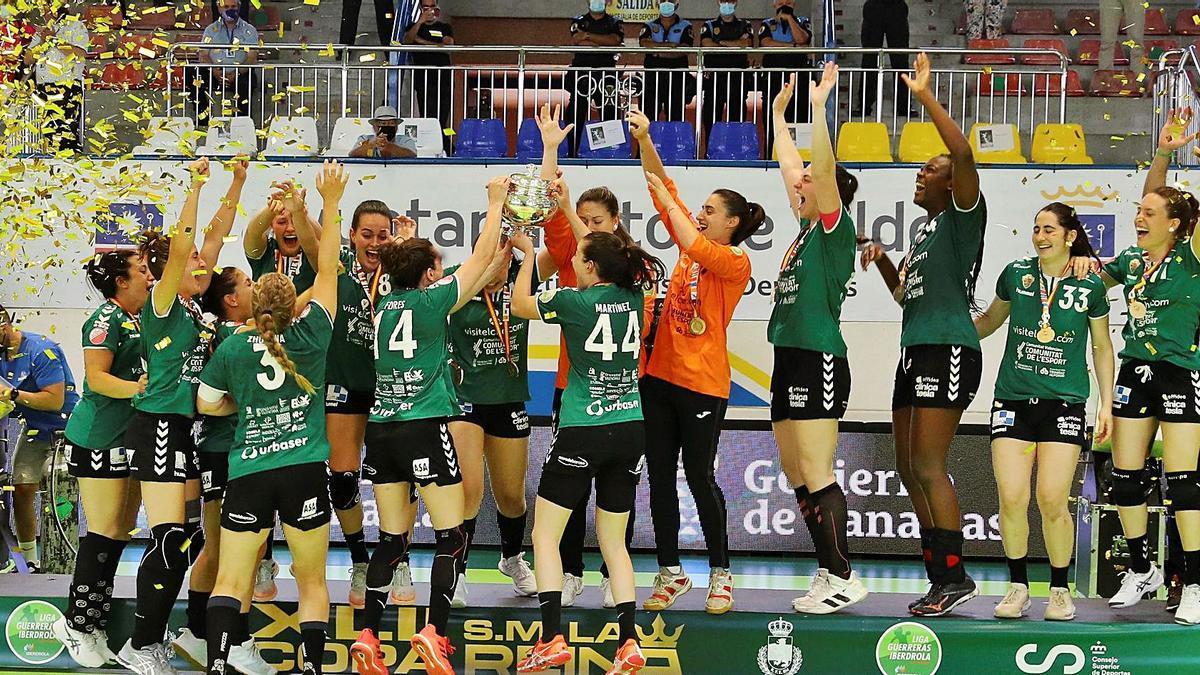 Las jugadoras del Elche celebran en el podio su victoria de ayer en la final de la Copa de la Reina, disputada en el Pabellón Rita Hernández de Telde. | | ELVIRA URQUIJO / EFE
